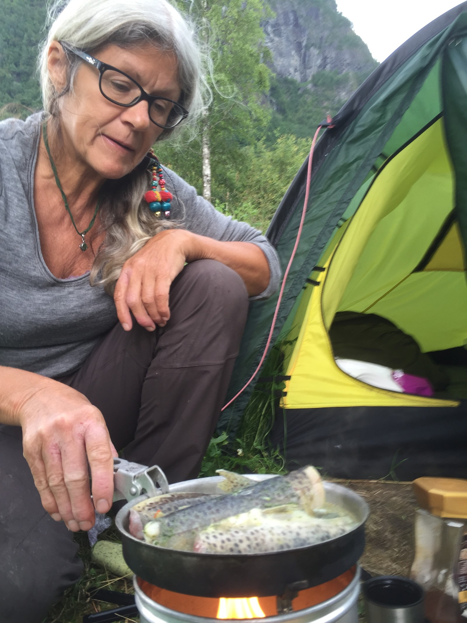 MYKJE FISK: Åse Evebø livnærar seg på det ho finn og fangar, så då vert det mykje fisk på menyen.