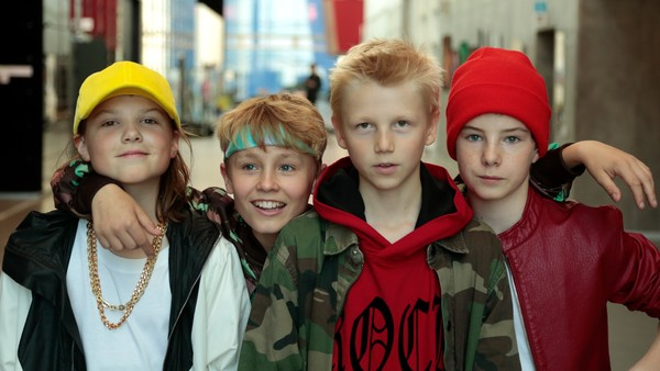 Dansk drama. Fire gutter melder seg på en musikkonkurranse for å vinne penger til gamingutstyr. Overraskelsen er stor når de blir et populært boyband.
