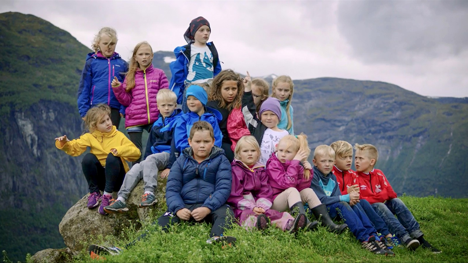 Her er nokre av deltakarane frå Hellesylt. Biletet er frå ein av filmane som kjem på Noregs Ungdomslag sitt «Folkepedia».