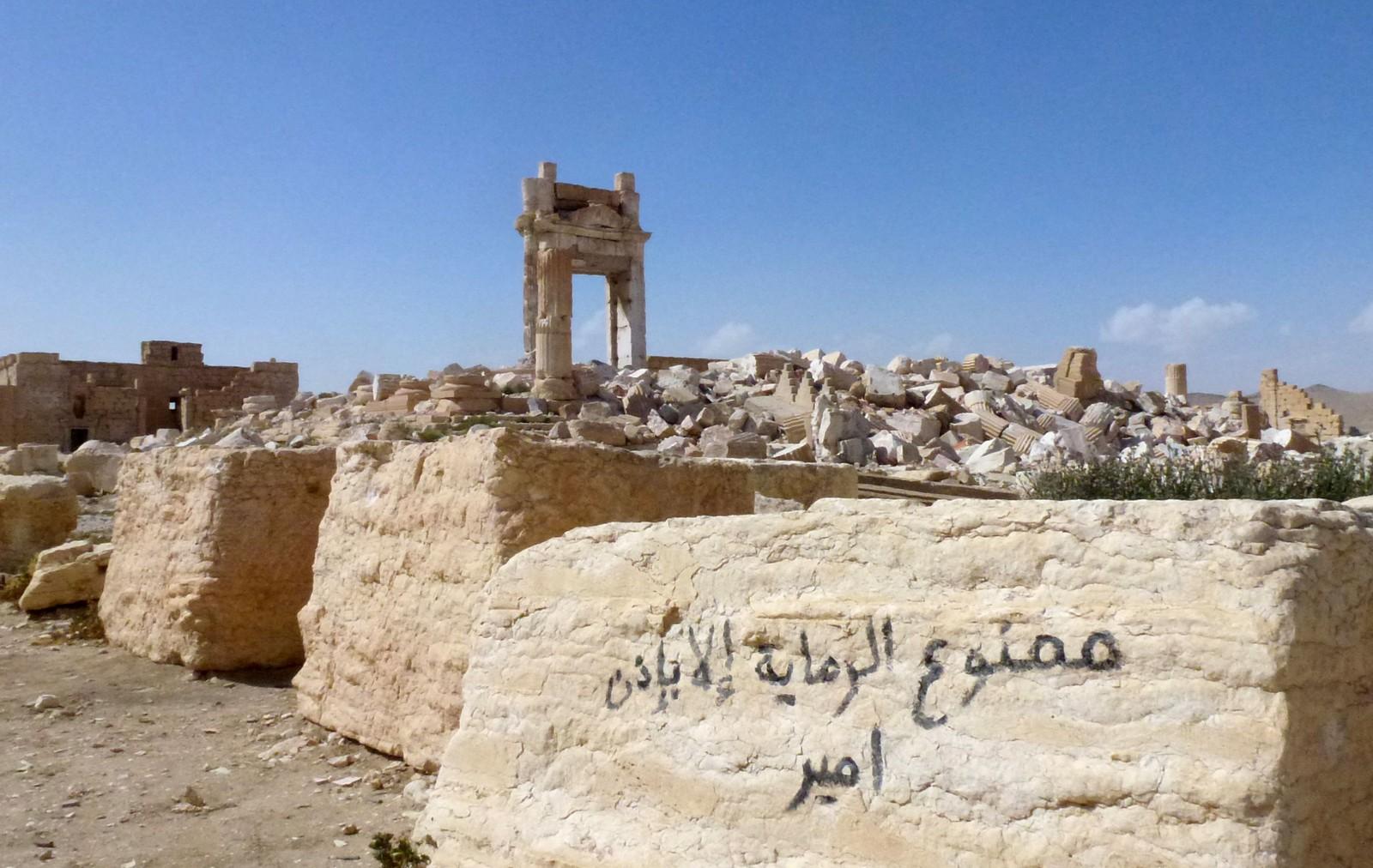 President Bashar al - Assad hyllet seieren som en viktig presentasjon etter at IS tapte kampene i Palmyra. Men selv om byen er under syrisk kontroll, er ødeleggelsene av uerstattelige fortidsminner en realitet.