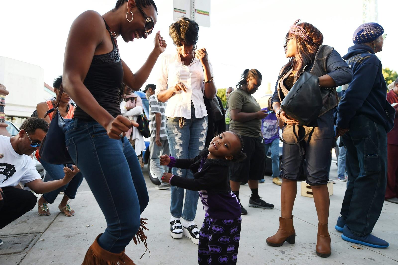 Folk danser i gatene til musikk av den avdøde artisten Prince. Her i Leimert Park i Los Angeles, California hvor fans møttes for å mimre om pop-legendens liv.