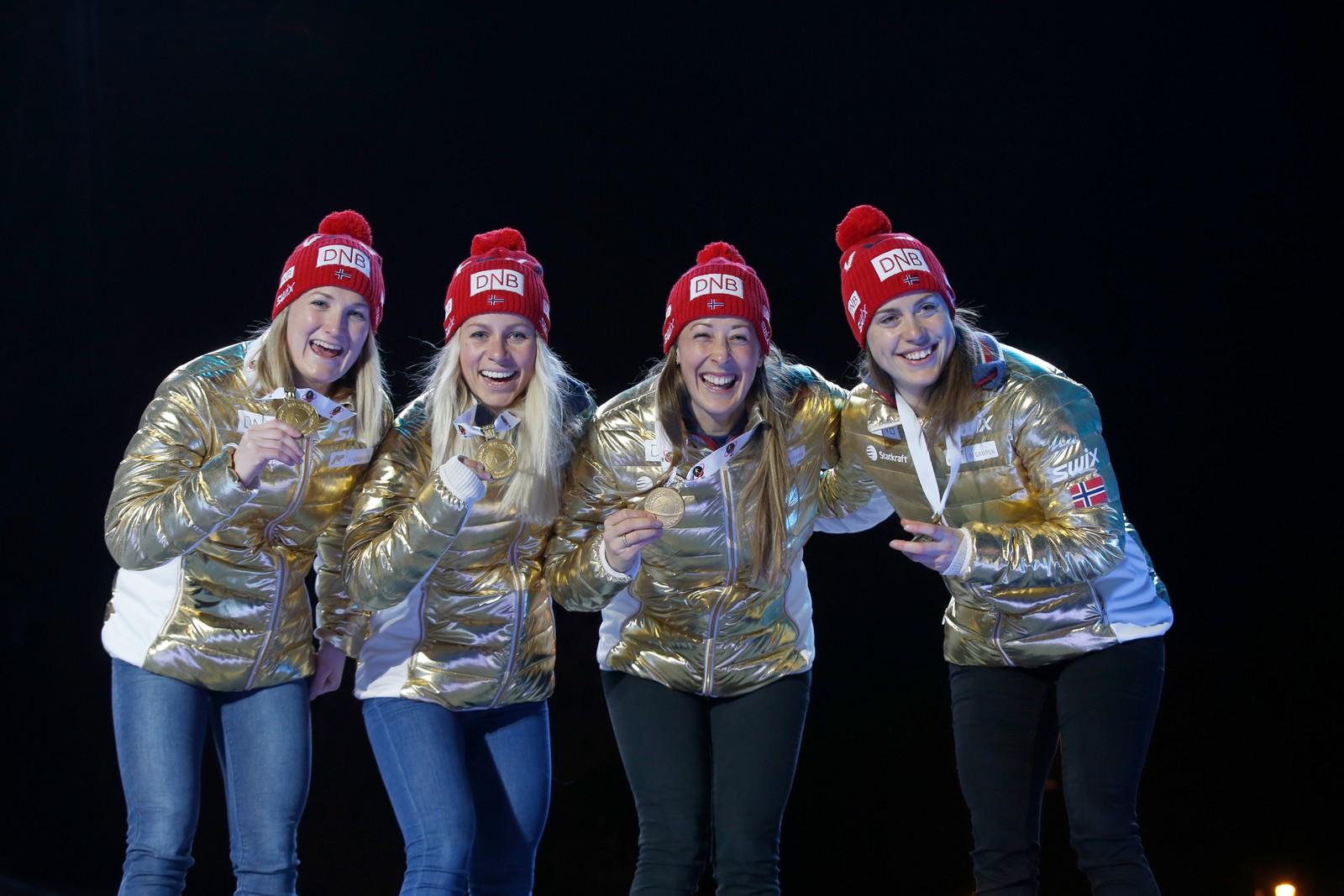 Premieutdeling stafett kvinner VM i skiskyting i Oslo sentrum. Gulljentene fra v marte Olsbu, Tiril Eckhoff, Fanny Horn Birkeland og Synnøve Solemdal.