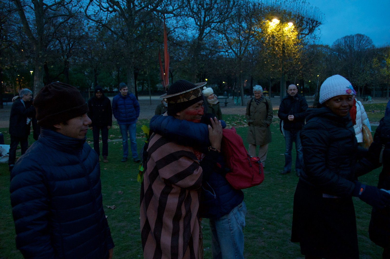 Venner skapes. Urfolk samlet seg til soloppgangsseremoni nedenfor Eiffel tårnet.