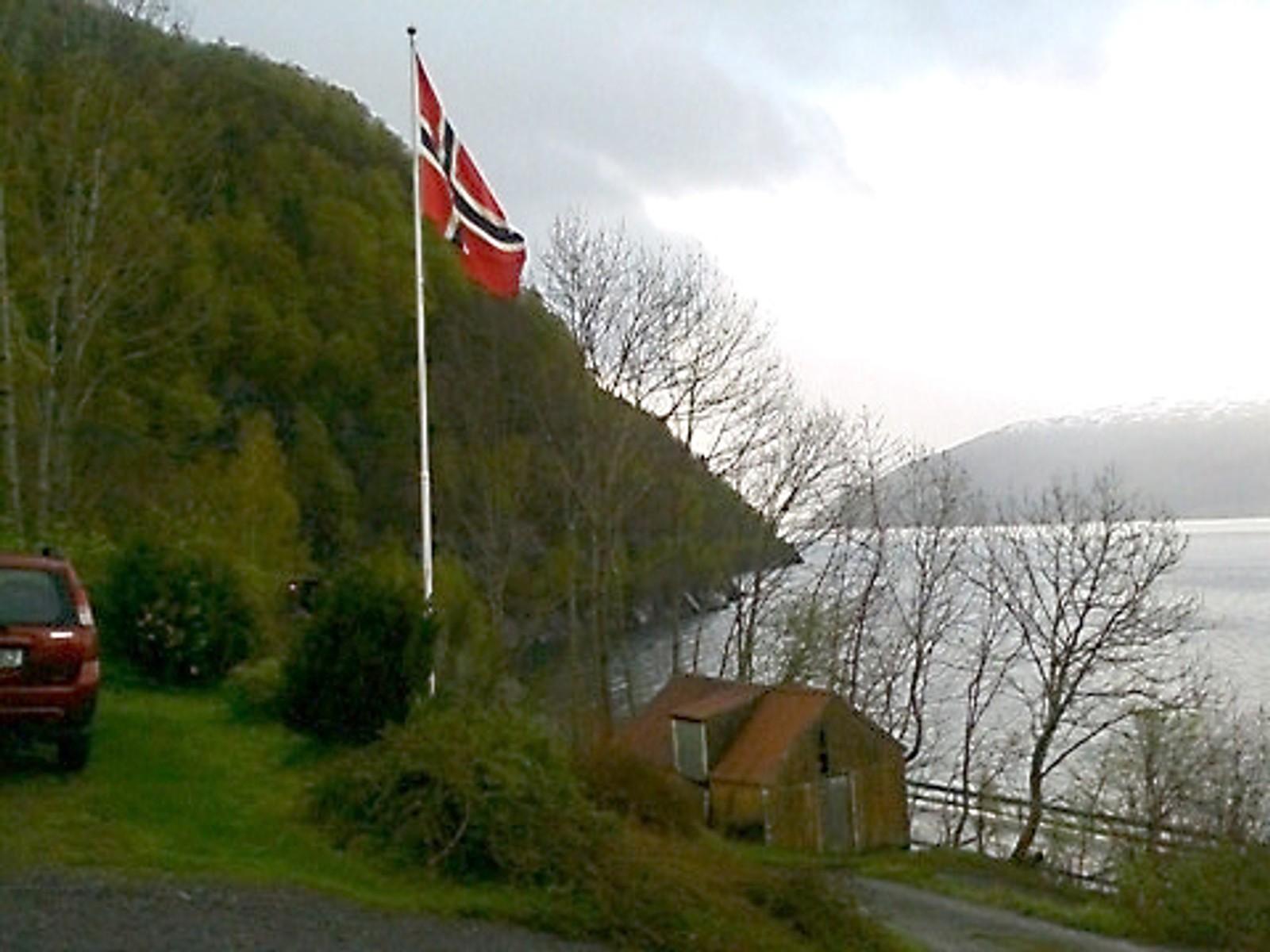 Flagget til topps - 70 år med fred i landet.
