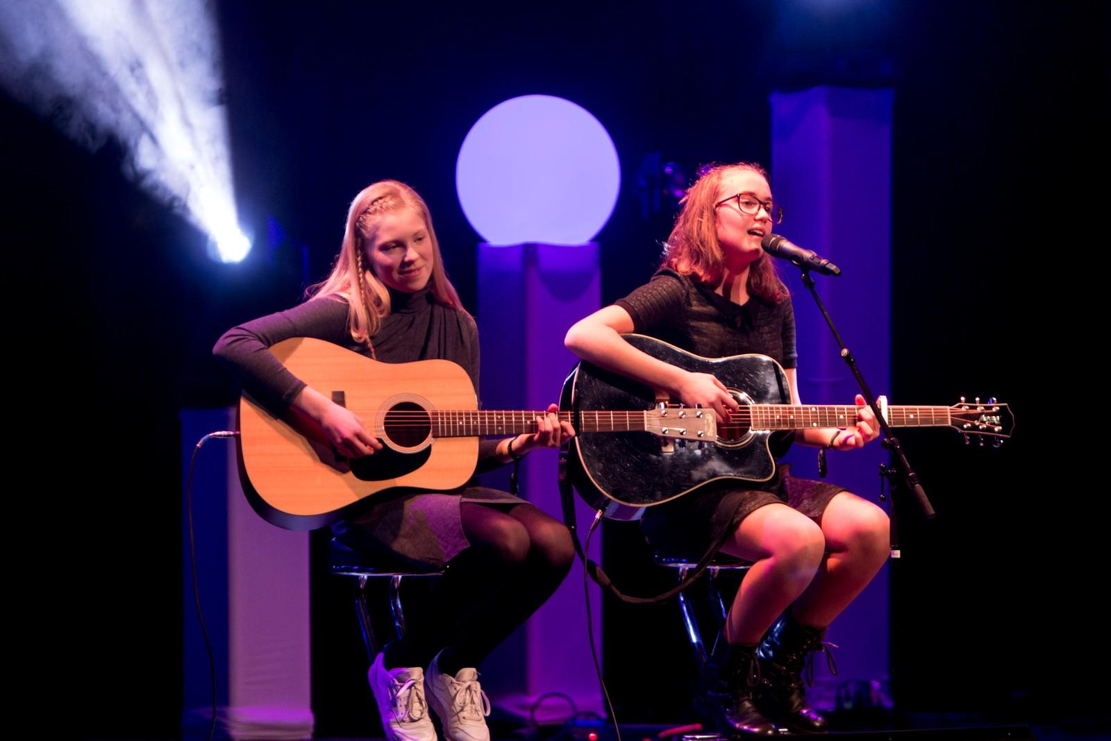 "ÅRDAL: Beatrice Juskaite og Selina Gram kallar seg ""Bandet"" og spelar låta ""Sweather Weather"""