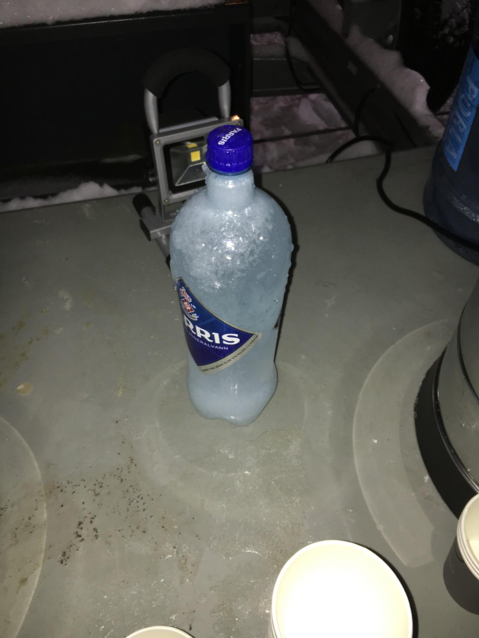 KALD FORNØYELSE: En gjennomfrosset Farris-flaske på settet.