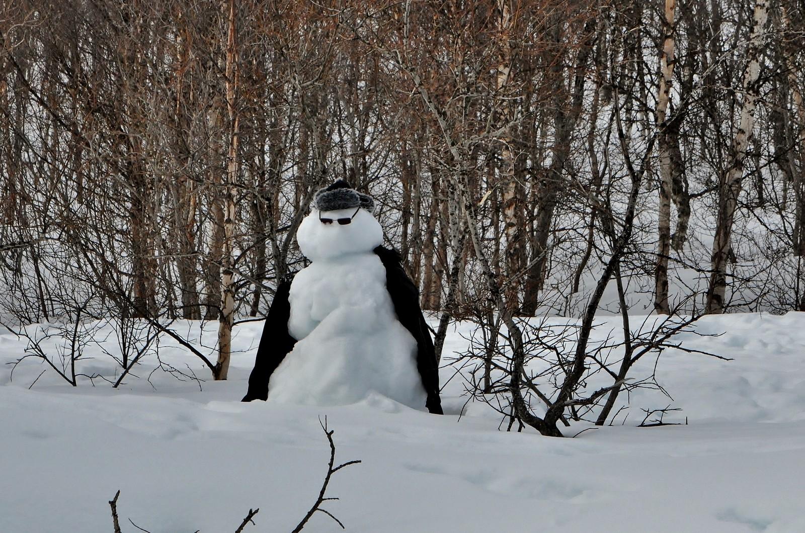 Denne figuren ble påtruffet oppe i lia, godt kledd mot en farlig fiende - vårvarmen