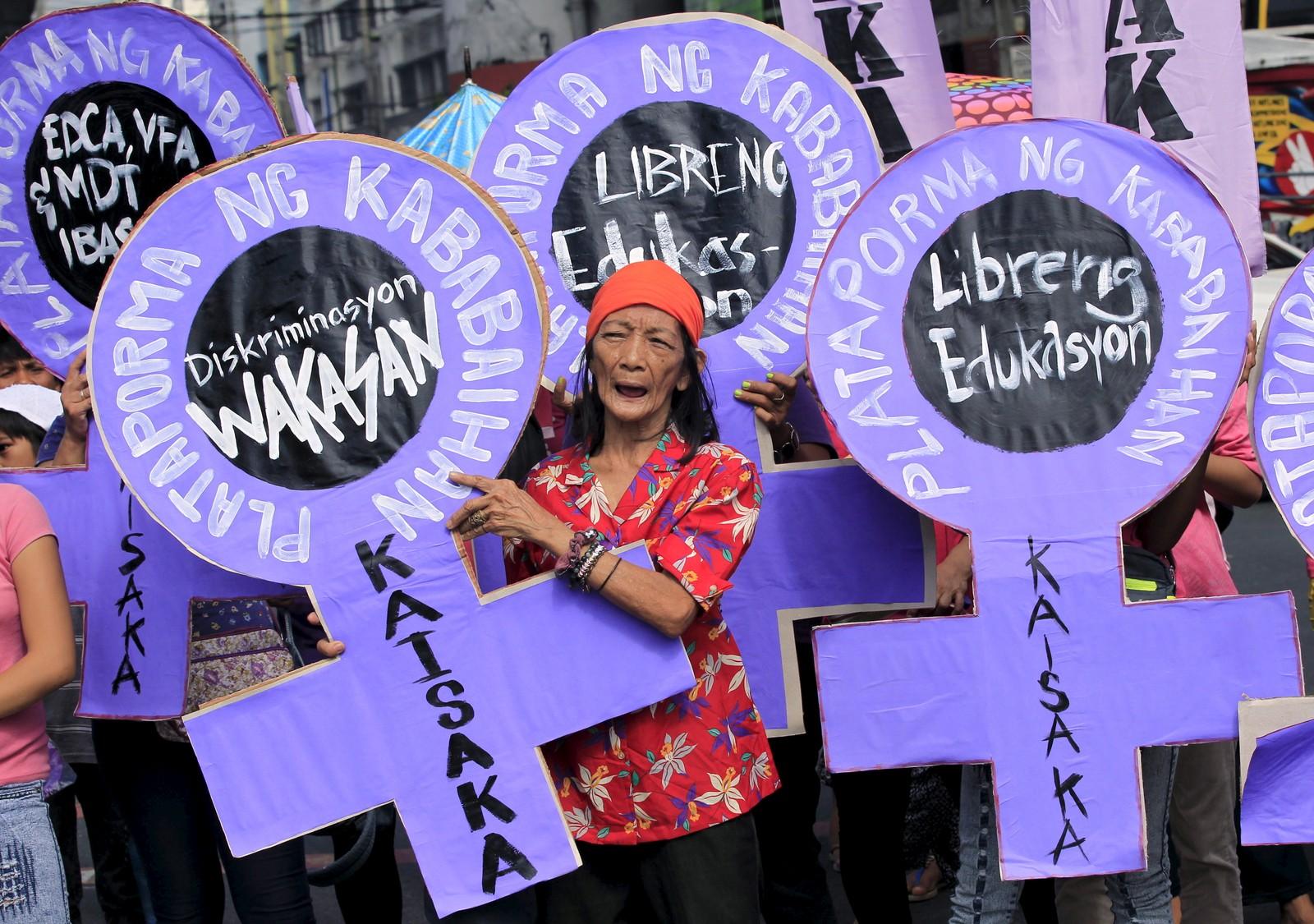 """INDONESIA: Aktivister i Manila på Filippinene demonstrerer utenfor presidentpalasset 8. mars 2016. På plakatene står det """"Slutt på diskriminering"""" og """"Gratis utdanning""""."""