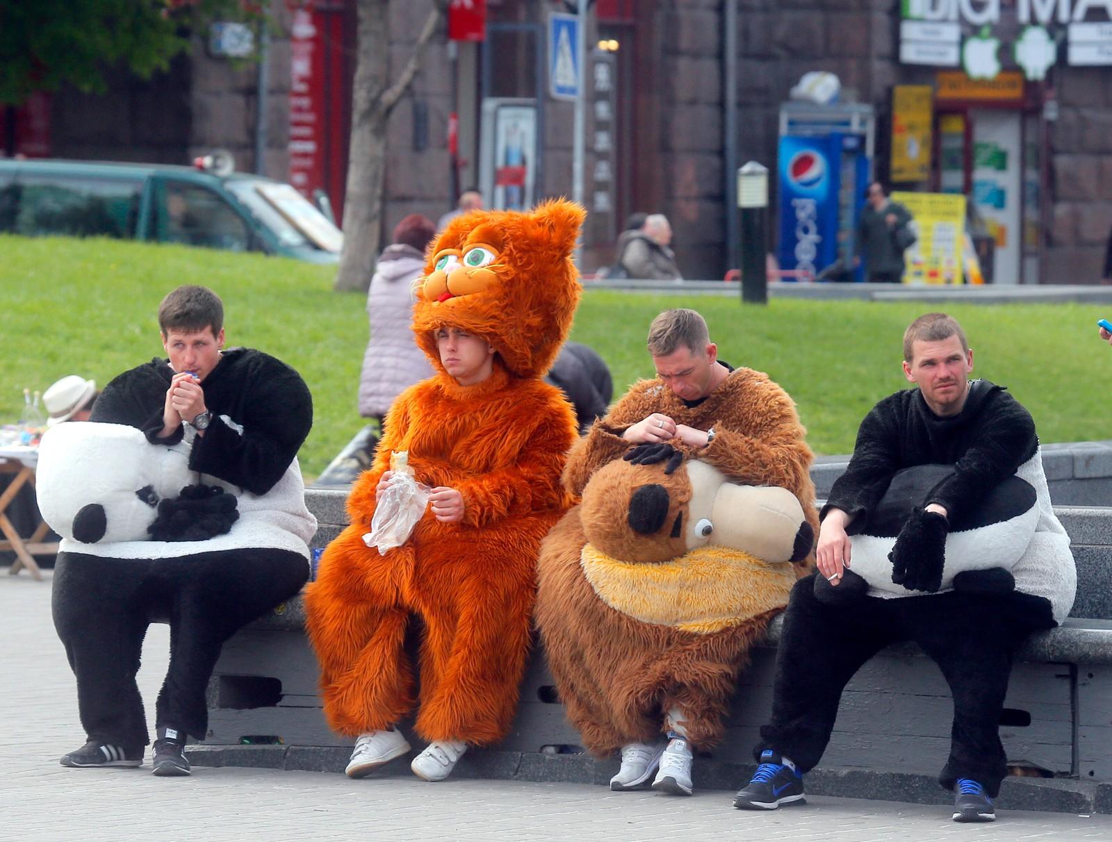 De er ansatt for å promotere Eurovision Song Contest som skal arrangeres i Kiew i Ukraina den 13. mai. Her tar de seg en velfortjent hvil.