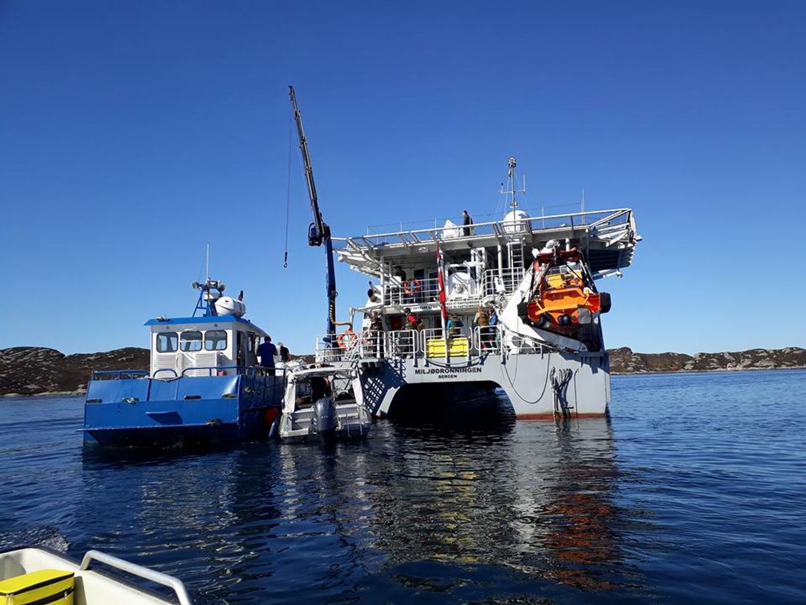 DRONNING: Båten Miljødronningen lå utenfor Gudlo som en base og mottak for de andre småbåtene som kom med stor sekker med søppel fra vikene.