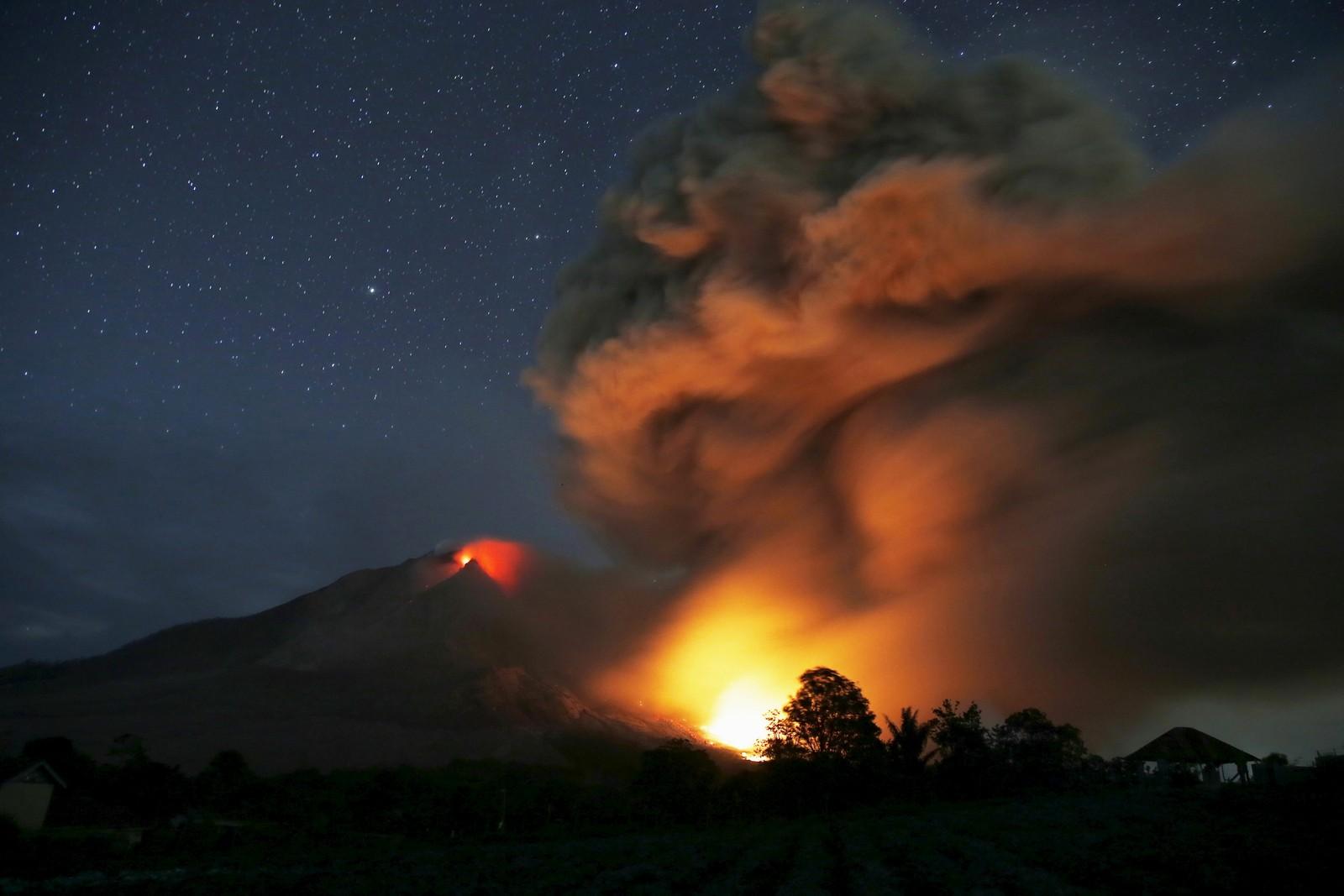 Varm lava renner fra vulkanen Mount Sinabung i Indonesia 25. juni. Bildet er tatt fra byen Tiga Serankai i provinsen Nord-Sumatra. REUTERS/Beawiharta