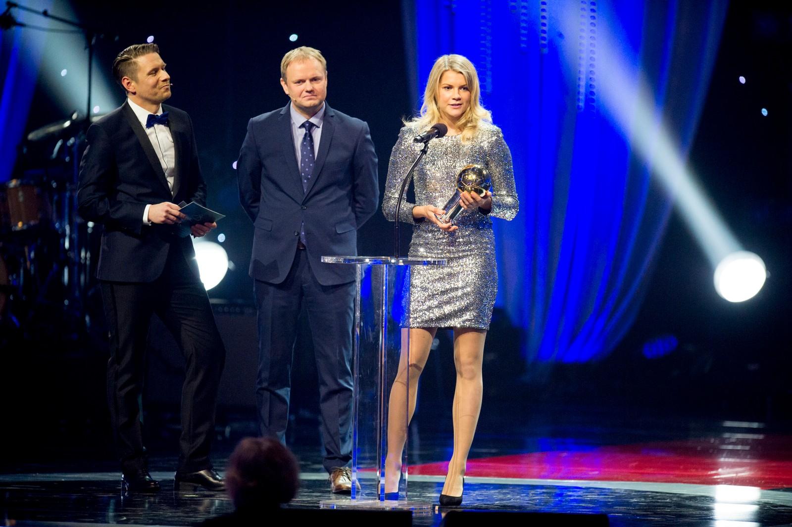 Fotballspiller Ada Stolsmo Hegerberg mottok Gullballen 2015 fra landslagstrener i fotball for kvinner, Roger Finjord, under Idrettsgallaen 2016.