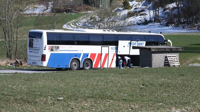Nordfjordekspressen tek på passasjerar på haldeplassen på Haugen. Foto: Ottar Starheim, NRK.