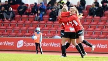 Arna-Bjørnar jubler for scoring mot Vålerenga