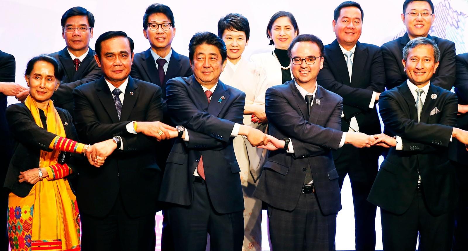 Også (foran fra venstre) Myanmars Aung San Suu Kyi, Thailands statsminister Prayuth Chan-ocha, Japans statsminister Shinzo Abe, Filippinenes utenriksminister Alan Peter Cayetano og Singapores utenriksminister Vivian Balakrishna stilte opp på de uvanlige håndtrykkene.