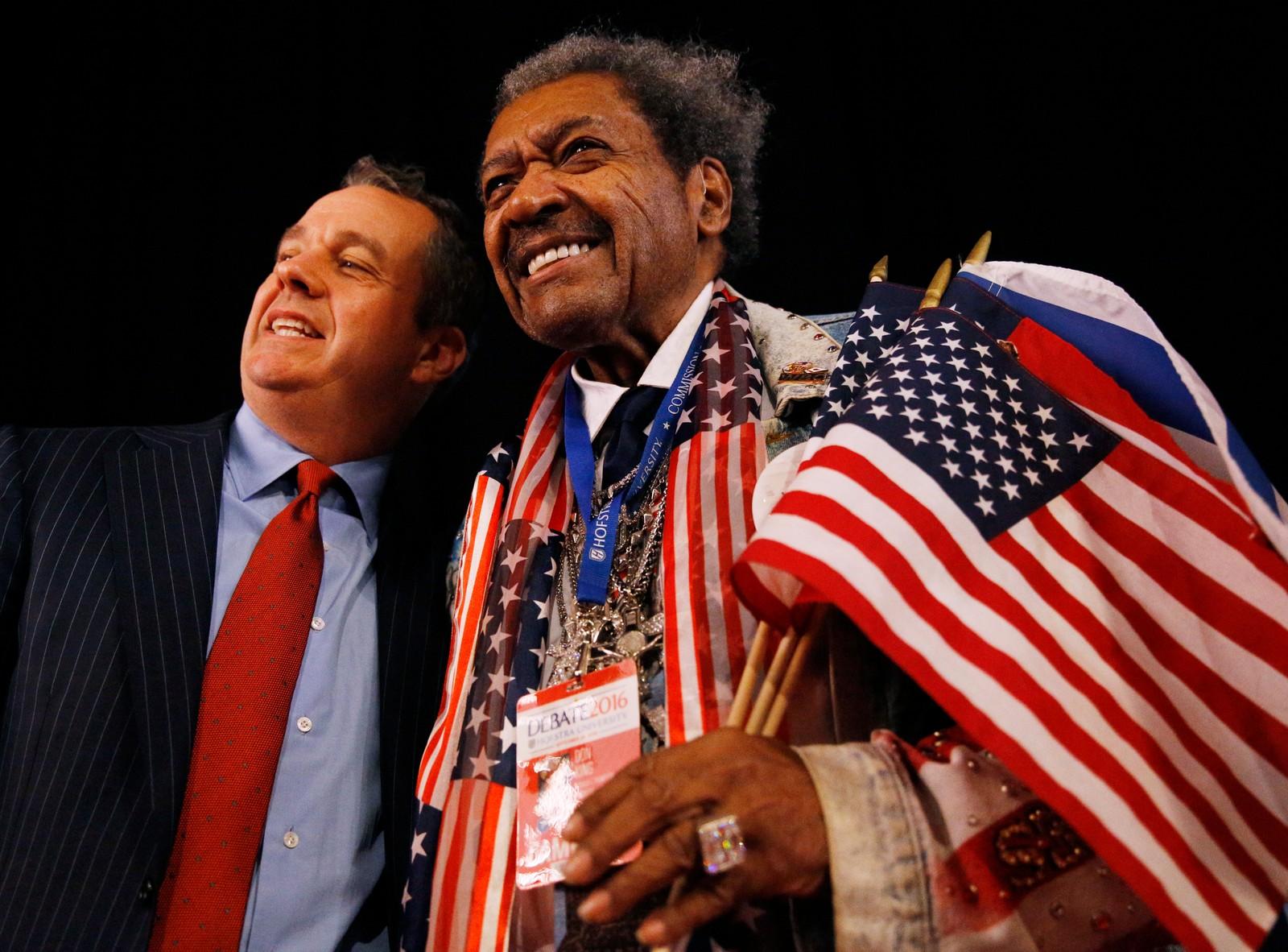 Boksepromotør Don King møtte opp for å se kampen ringside. Her poserer han med en annen tilskuer.
