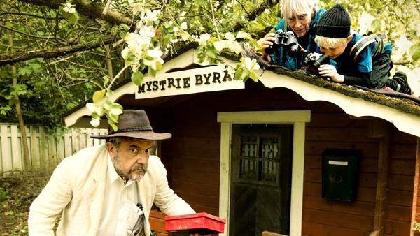 """Finsk dramaserie i 5 deler. Konrad og mormoren hans lever et dobbeltliv som hemmlige agenter. Tilsammen utgjør de """"Mysteriebyrået""""."""