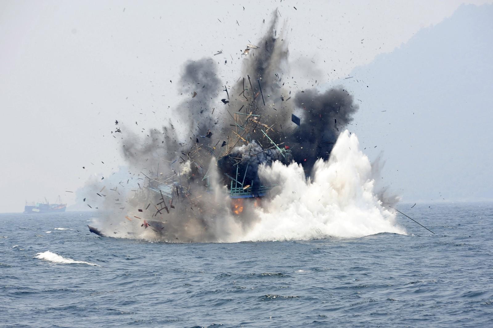 Indonesia viser hva de mener om ulovlig fisking ved å sprenge en utenlandsk fiskebåt. Dette var en av 38 fiskebåter som ble eliminert etter å ha fisket ulovlig i indonesisk territorium.