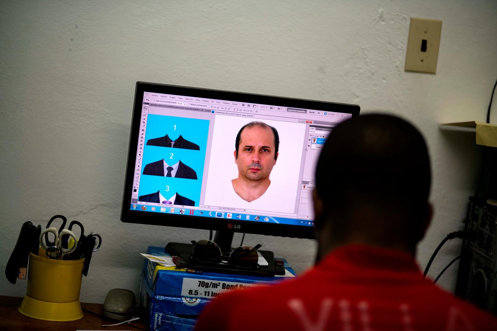 Kubanske Javier Fontanella bor i Miami, men skal nå søke om kubansk statsborgerskap. Her får han på seg en dress han aldri har kledd på seg med hjelp av et fotoredigering.