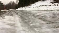 SPEILBLANKT: Onsdag kan det bli skummelt å kjøre og gå i sju fylker. Årsaken er regn som fryser på bakken.