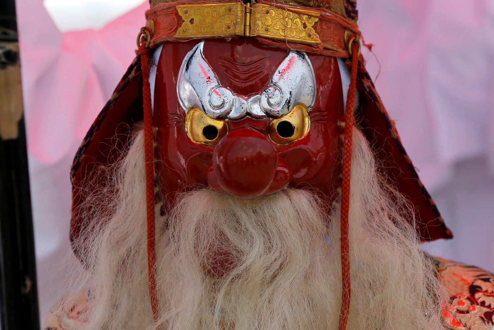 En mann med en Tengu-maske deltok i en parade under Sanno-festivalen i Tokyo i Japan. Tengu er en japansk figur med lang nese.