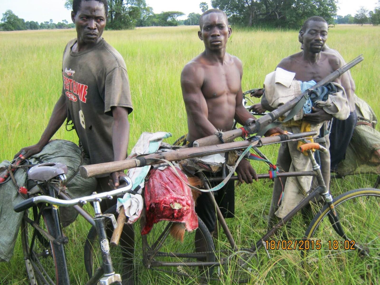 Krypskyttere på sykkel med hjemmelagede skytevåpen i Kongo
