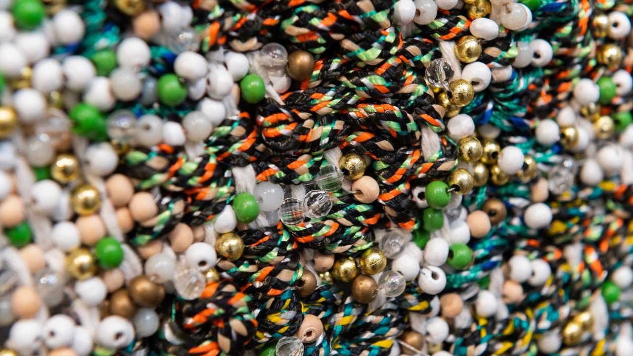 Vevkunst av Igshaan Adams. Nærbilde av mange perler i ulike farger