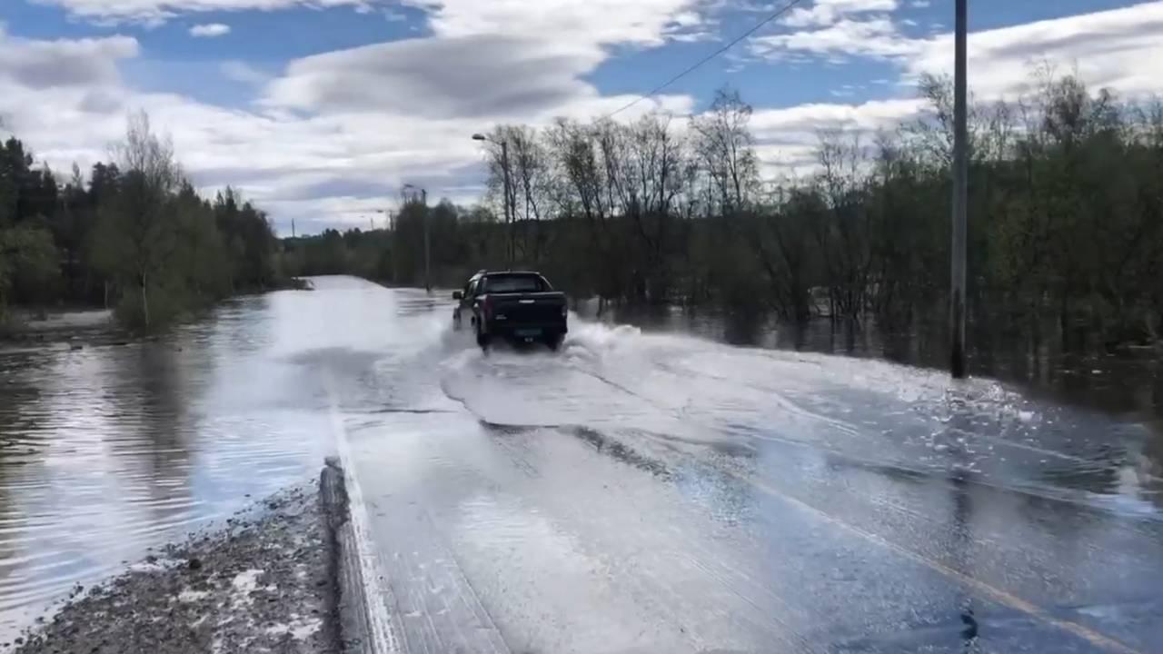 Bil kjører i vann