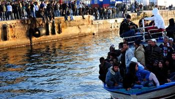 Tunisiske flyktninger ankommer Lampedusa