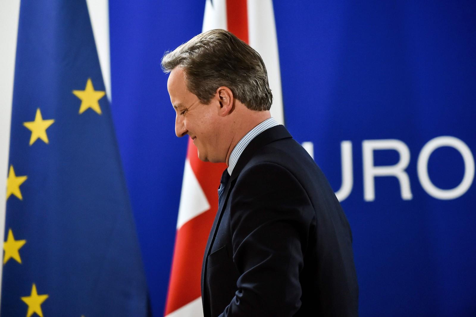 Den britiske statsministeren, David Cameron, forlater en pressekonferanse etter EU-toppmøtet i Brüssel.