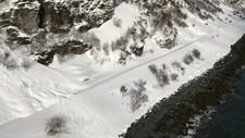 I Nord-Norge meldes det om betydelig snøskredfare – nivå tre – over hele linjen, helt ned til Svartisen i Nordland. Bildet, som viser snøskredet som gikk over E69 i Nordkapp kommune ved Skarvbergvika er mandag ettermiddag ryddet og åpnet igjen.