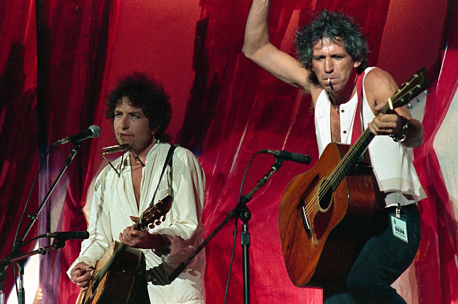 Bob Dylan med Rolling Stones-gitarist Keith Richards under en Live Aid-konsert på JFK Stadium i Philadelphia, juli 1985. American singer-songwriter Bob Dylan,left, is joined onstage by Rolling Stones guitarist Keith Richards during Live Aid famine relief concert at JFK Stadium in Philadelphia Pa. July 13,1985. (AP Photo/ Amy Sancetta) Dylan Richards Live Aid