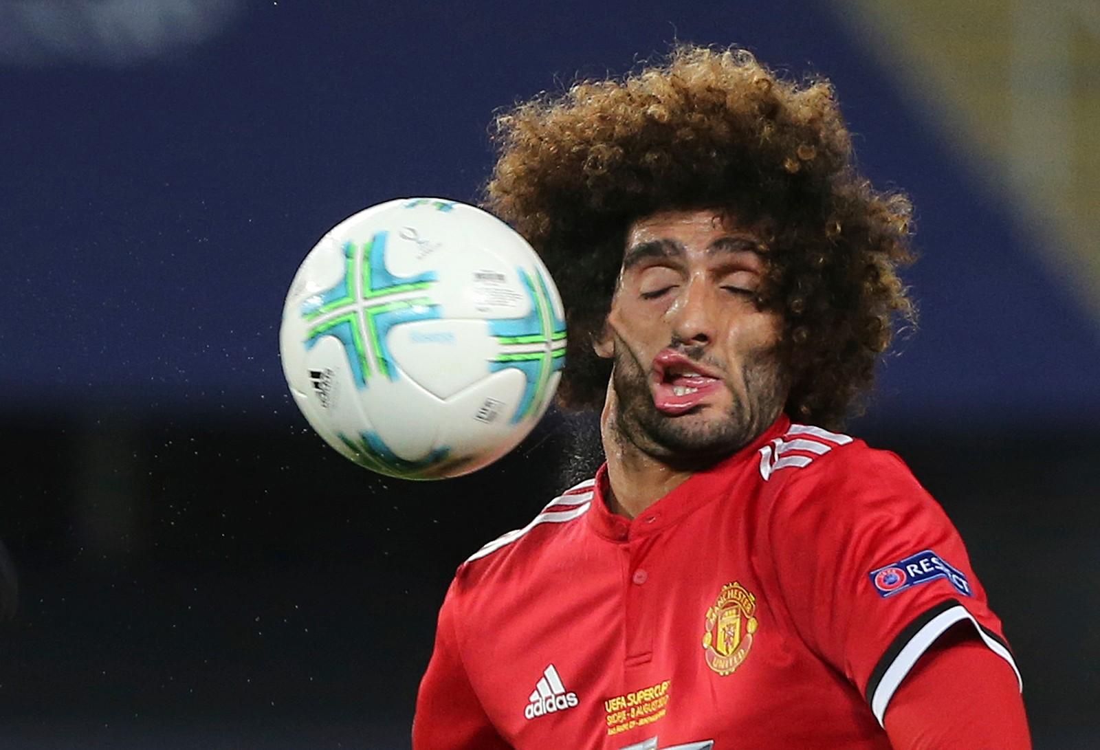 Manchester United-spiller Marouane Fellaini er uheldig og får ballen i ansiktet under UEFA Super Cup-finalen mot Real Madrid tirsdag. Kampen ble spilt i Skopje i Makedonia og Real Madrid vant 2-1.