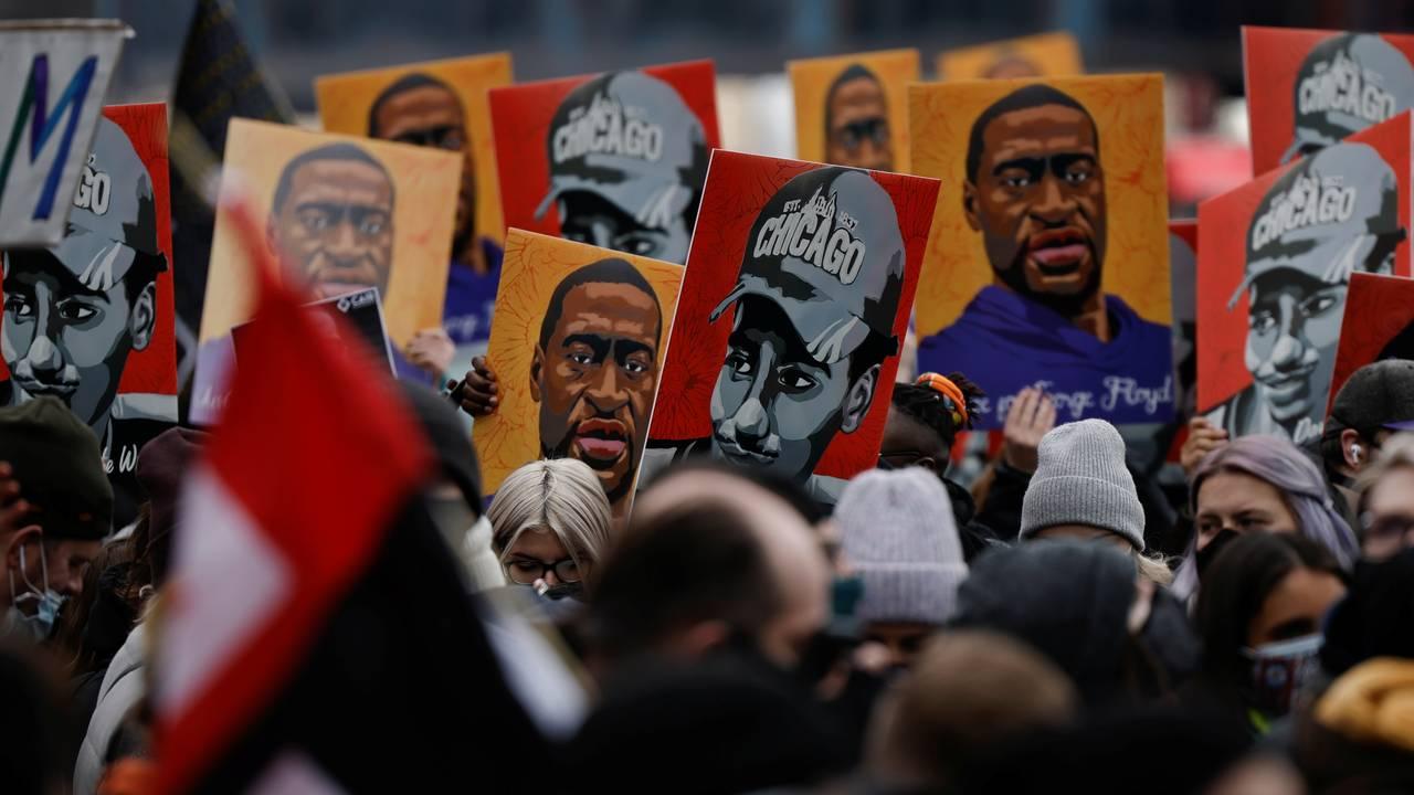 Folk med plakater av George Floyd.