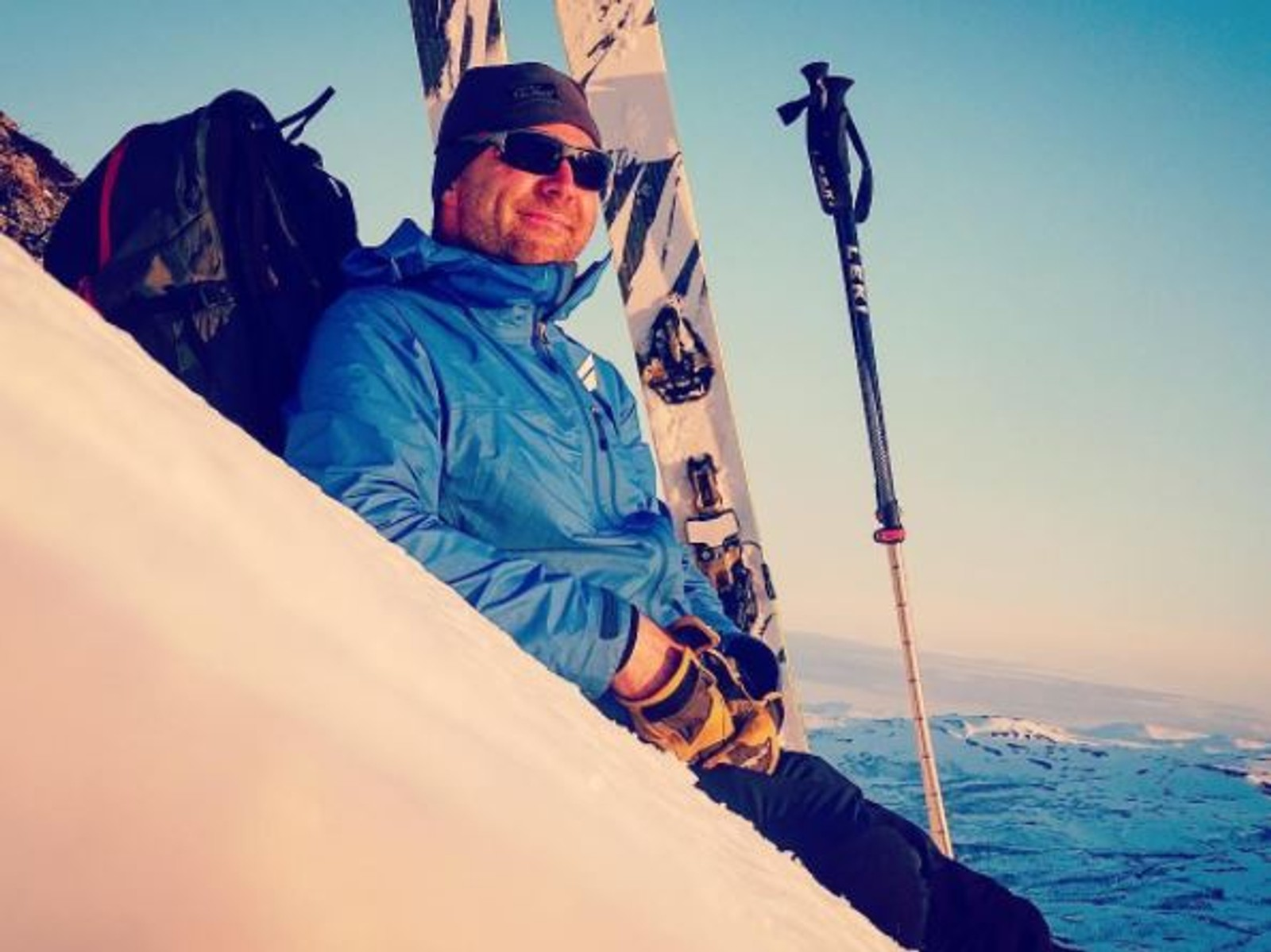 Klokken er 23:20, og Andreas Enevold slapper av på fjelltur i sola.