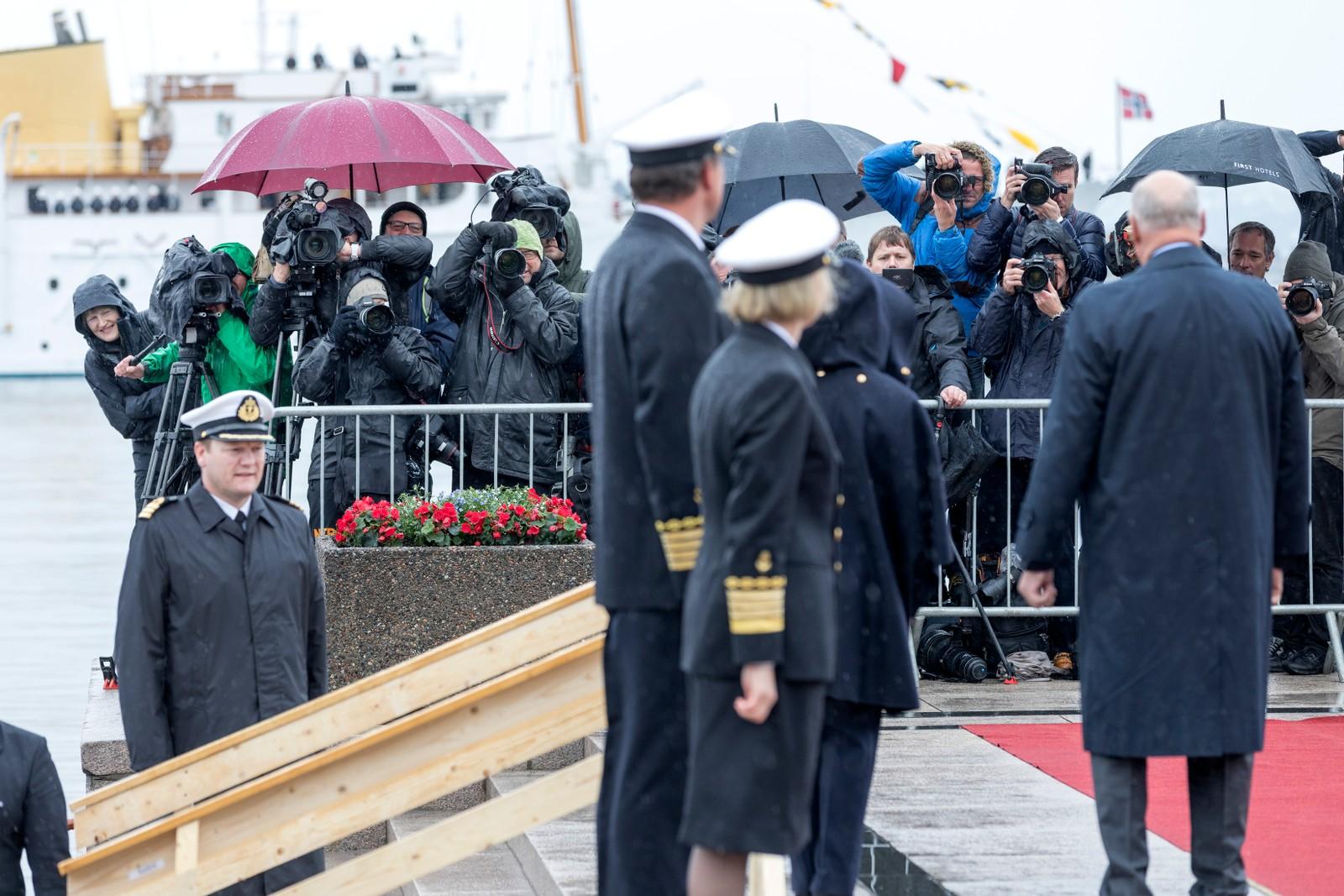 Kong Harald og dronning Sonja og pressen ved avreise fra honnørbrygga i Oslo på tur til lunsj på Kongeskipet Norge onsdag.