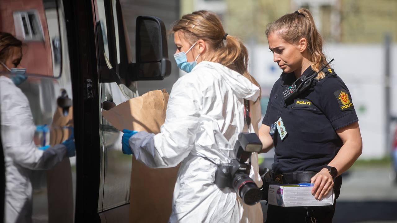 En krimtekniker og en politikvinne på vei inn i en svart bil.