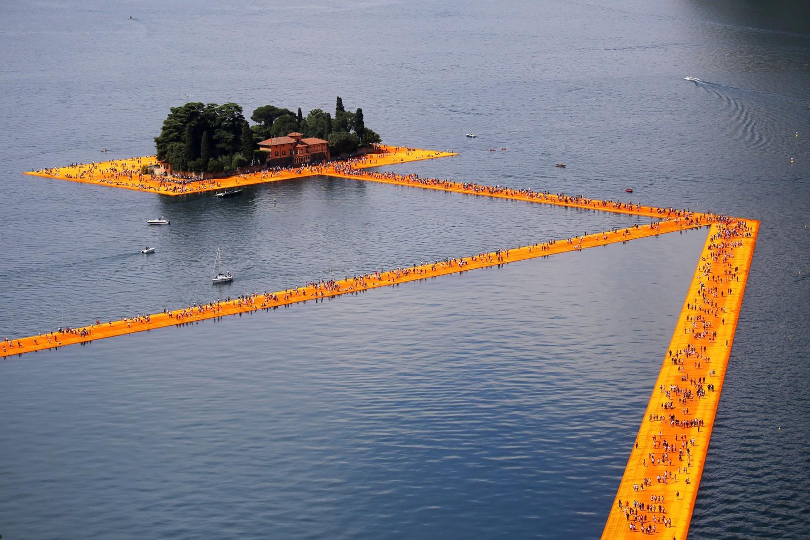 «The Floating Piers» av artisten Christo Vladimirov Javacheff er en tre kilometer lang gangvei som flyter på Iseosjøen i Nord-Italia. Installasjonen er ment å gi publikum opplevelsen av å gå på vannet.