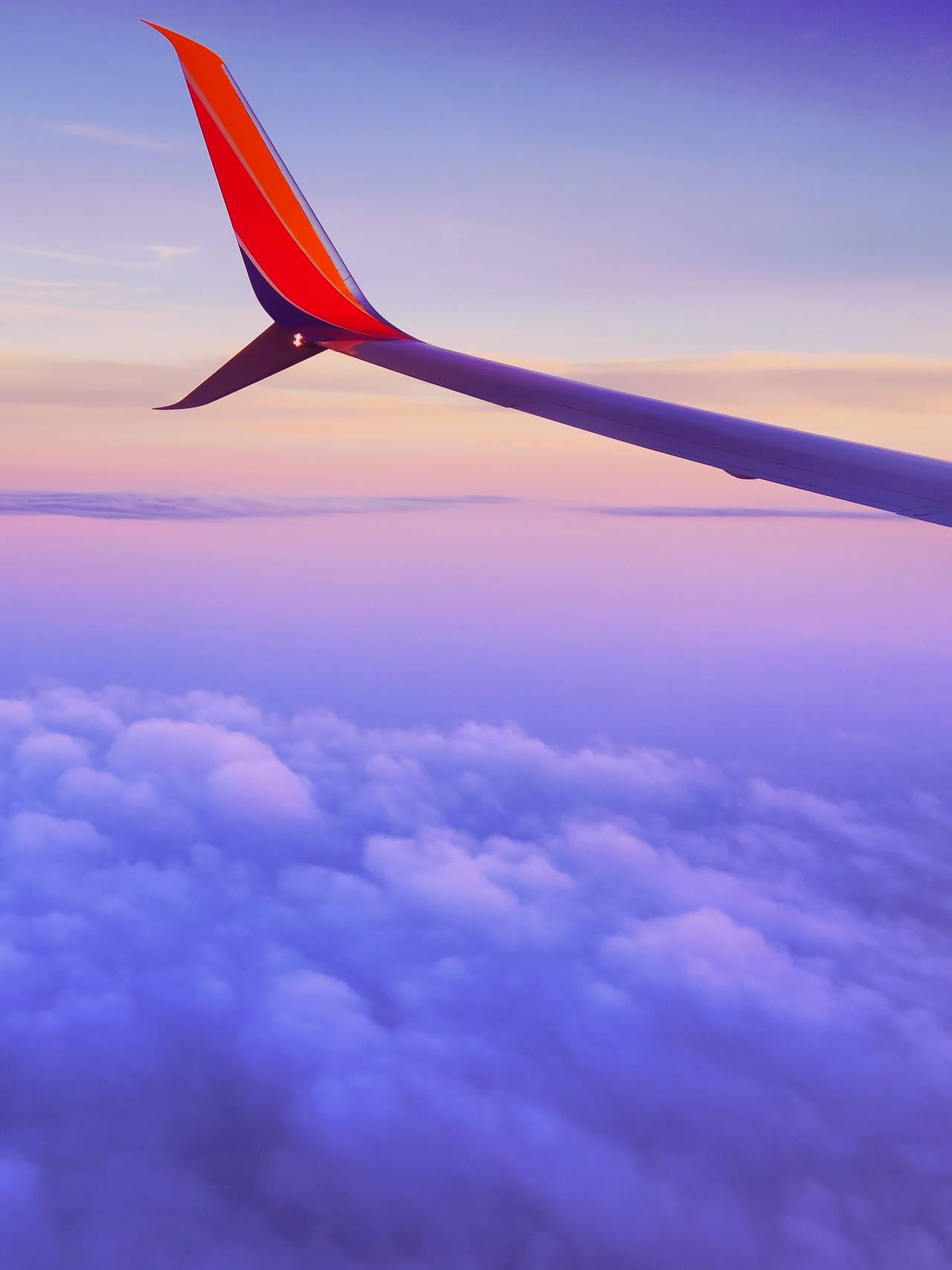 Ser ut av vinduet i fly.