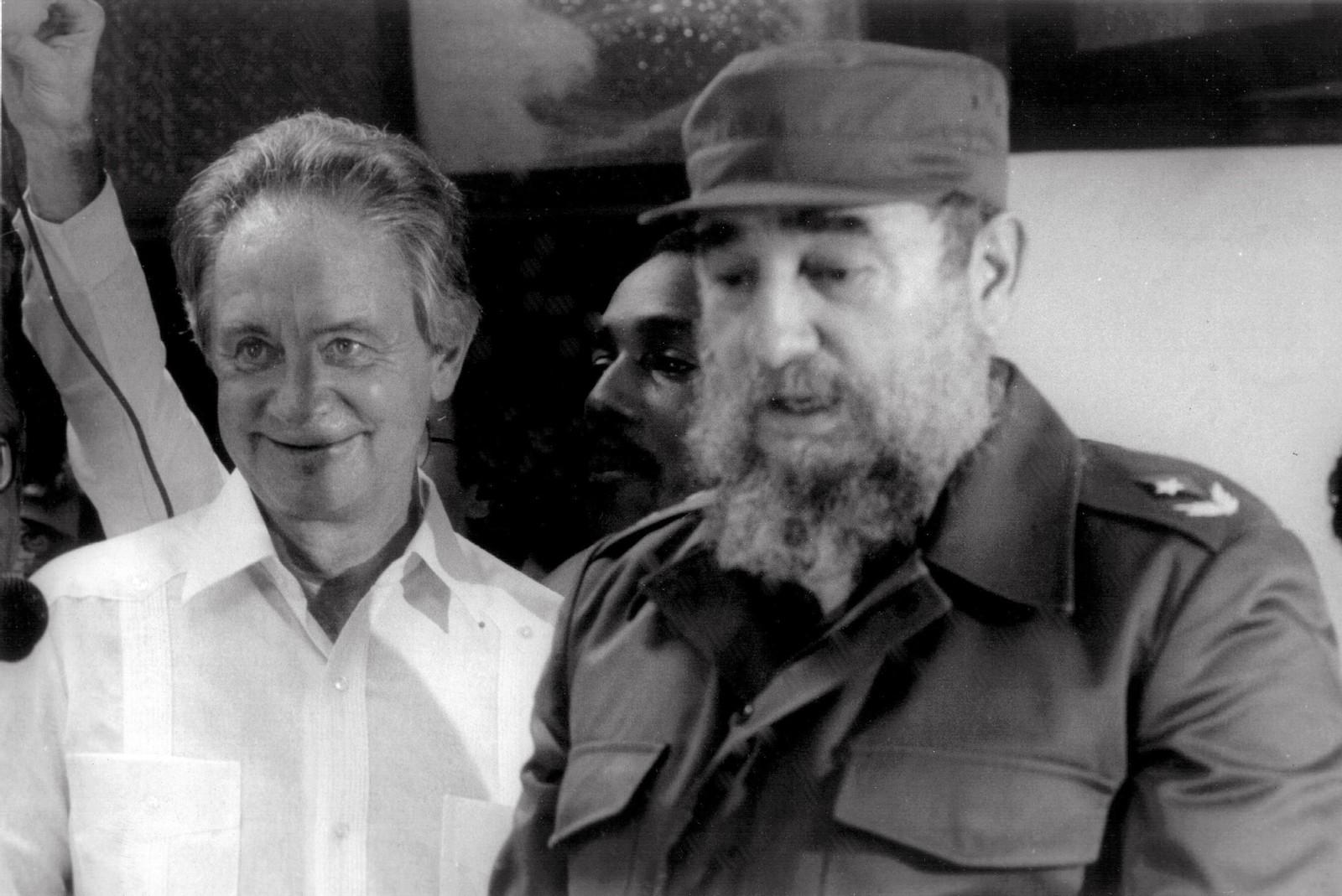 Olof Palme var en omstridt politiker blant annet for sitt vennskap med den kubanske presidenten Fidel Castro. Bildet er tatt 30. november 1987.