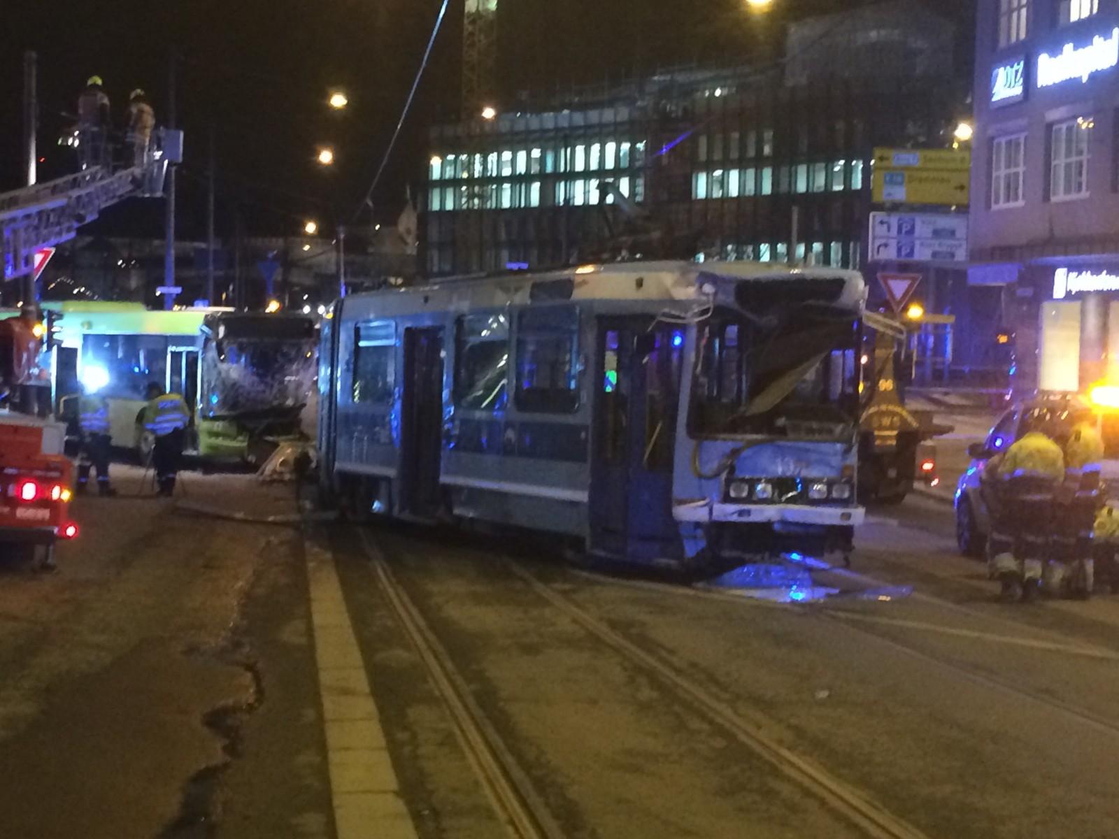 Det er store materielle skader på både trikken og bussen som var involvert i ulykken.