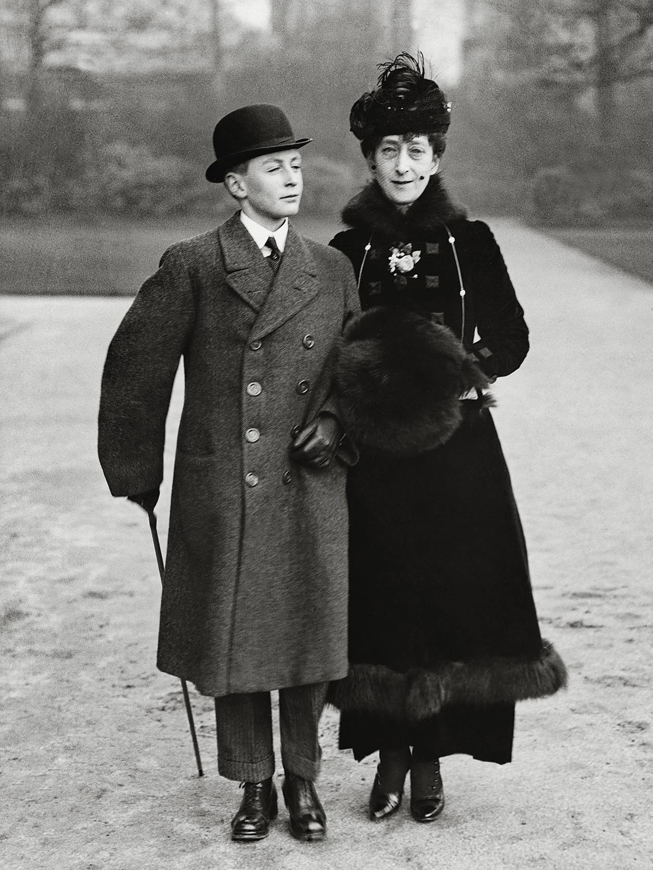 Kronprins Olav med moren Maud i England.