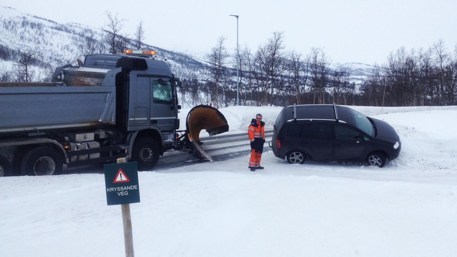 Etter det klarte han å få tak i ein tredje bil ved Leiro brøytestasjon, og sette kursen mot Eidfjord igjen. Turen enda i grøfta her og mannen vart arrestert av politiet.