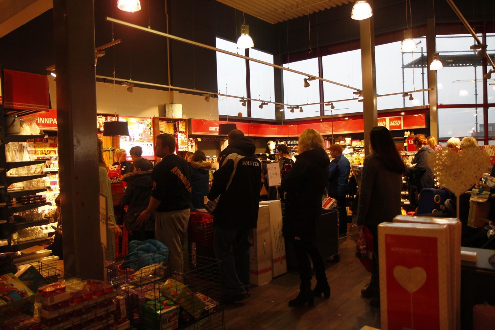 Det var lange køar i fleire butikkar, her på Nille.