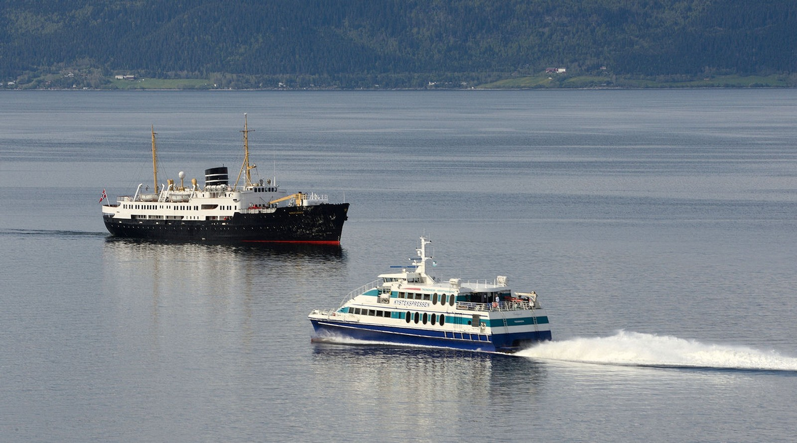 Nordstjernen møter Ladejarl på Trondheimsfjorden