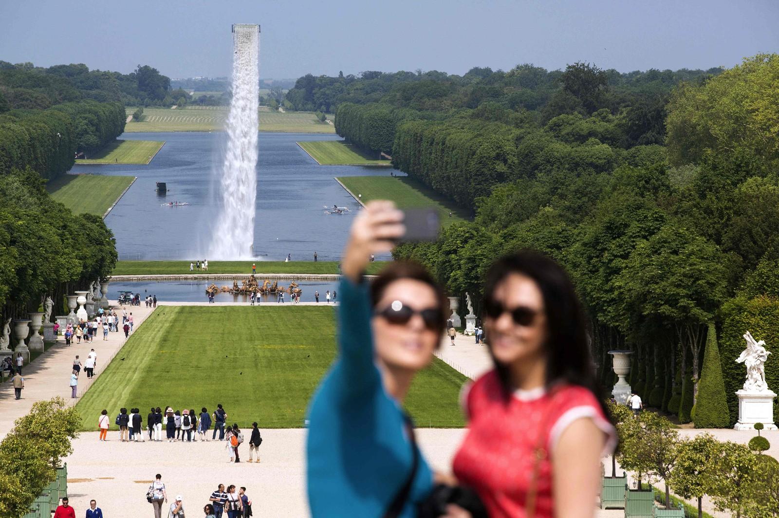 Den danske kunstneren Olafur Eliasson står bak installasjonen «Waterfall» i parken ved Versailles utenfor Paris. Eliasson har laget totalt åtte kunstinstallasjoner til det overdådige slottet, som ble bygget av «Solkongen» Ludvig XIV.