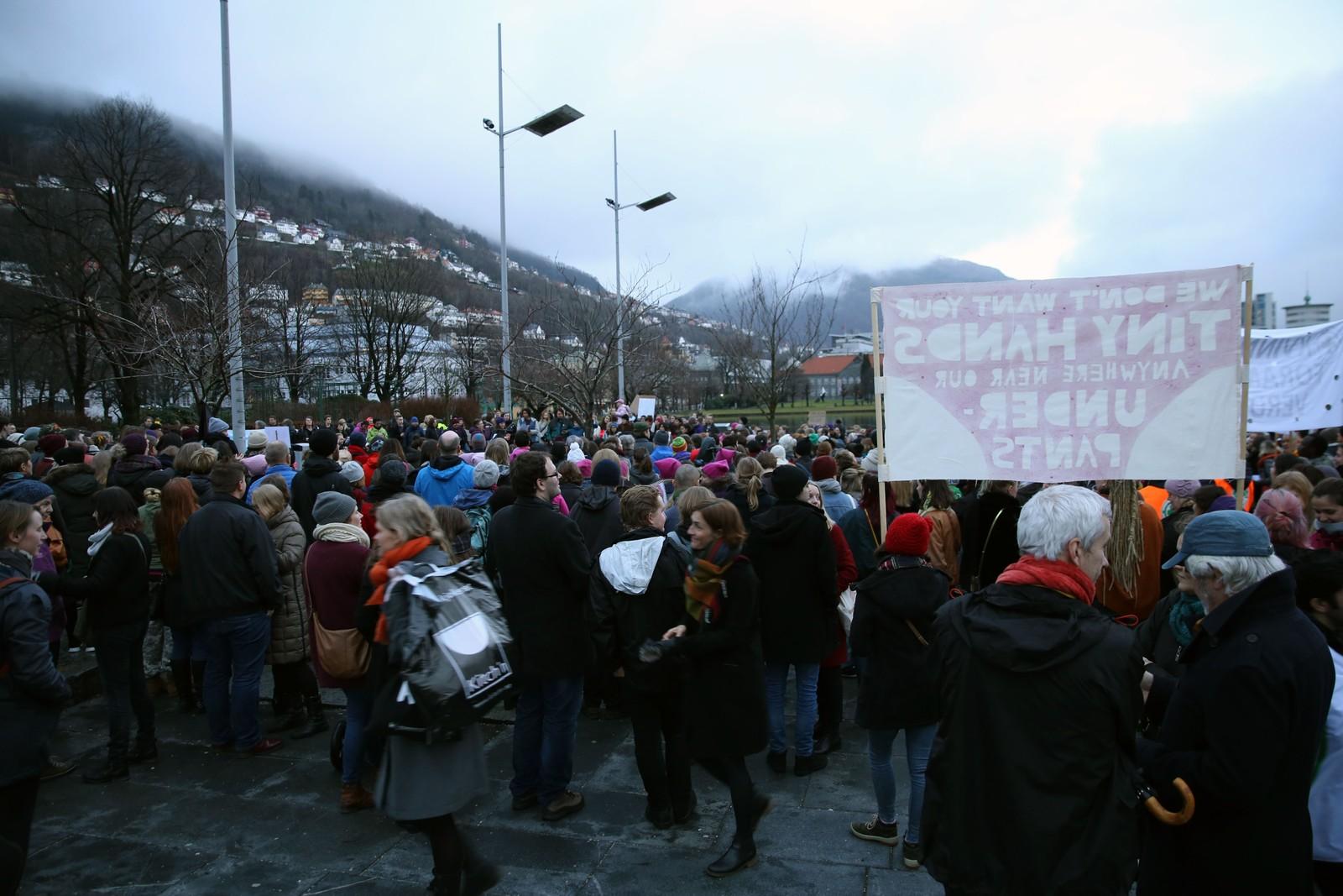Flere hundre demosntranter var også samlet på Festplassen i Bergen. Derfra skal de gå en rute i Bergen sentrum før de ender opp på Bergen offentlige bibliotek, hvor de får direktestrøm av andre søsterdemonstrasjoner i verden.