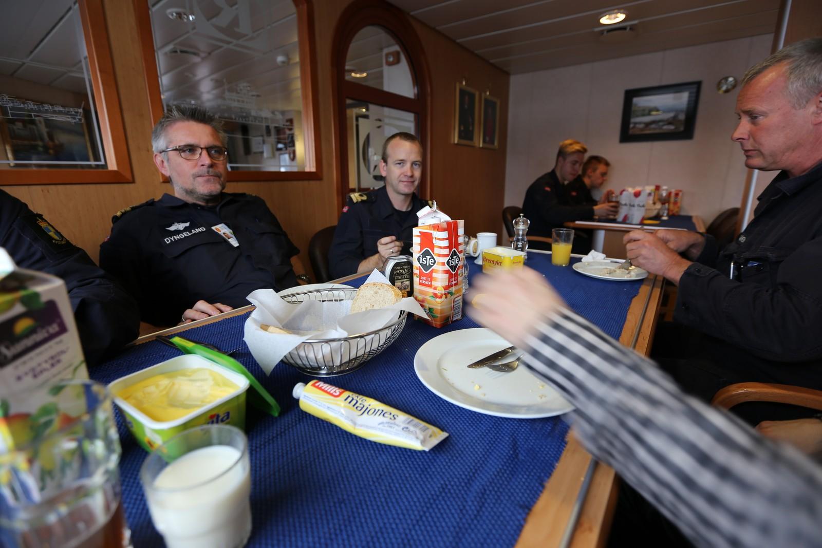 LUNSJPAUSE: (Fra v.) Gunnar Dyngeland, Andreas Marstrander og skipssjef Jon Skålheim.