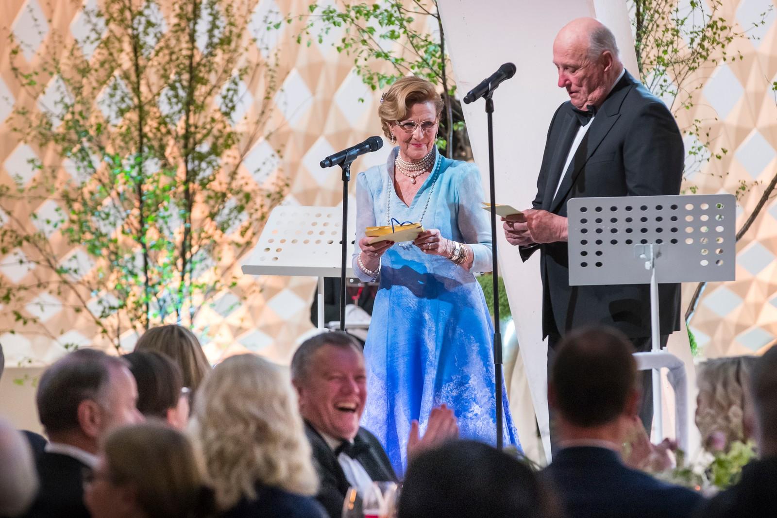 Dronning Sonja og kong Harald taler under regjeringens festmiddag for kongeparet i Operaen i anledning deres 80-årsfeiring.
