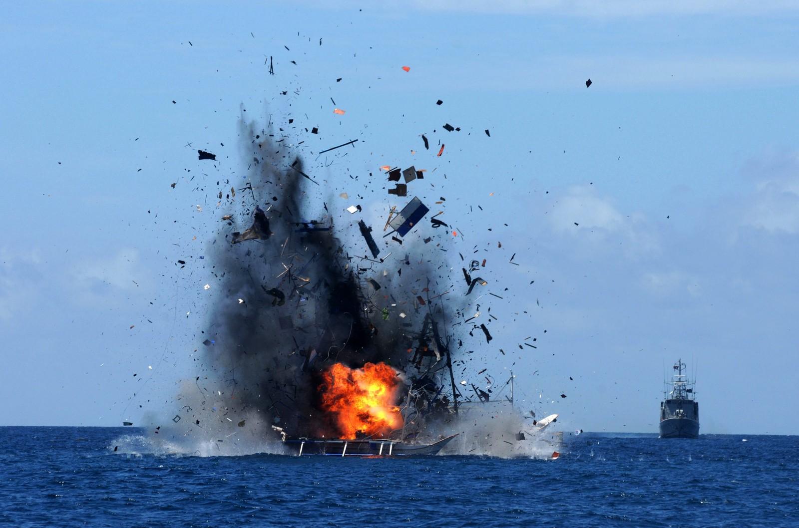 I Indonesia sprenger kystvakten illegale fiskebåter i et forsøk på å stanse ulovlig fiske. Dette bildet viser at en fiskebåt sprenges og senkes ved Bitung ved Sulawesi. 41 slike utelandske fiskebåter skla være senket.